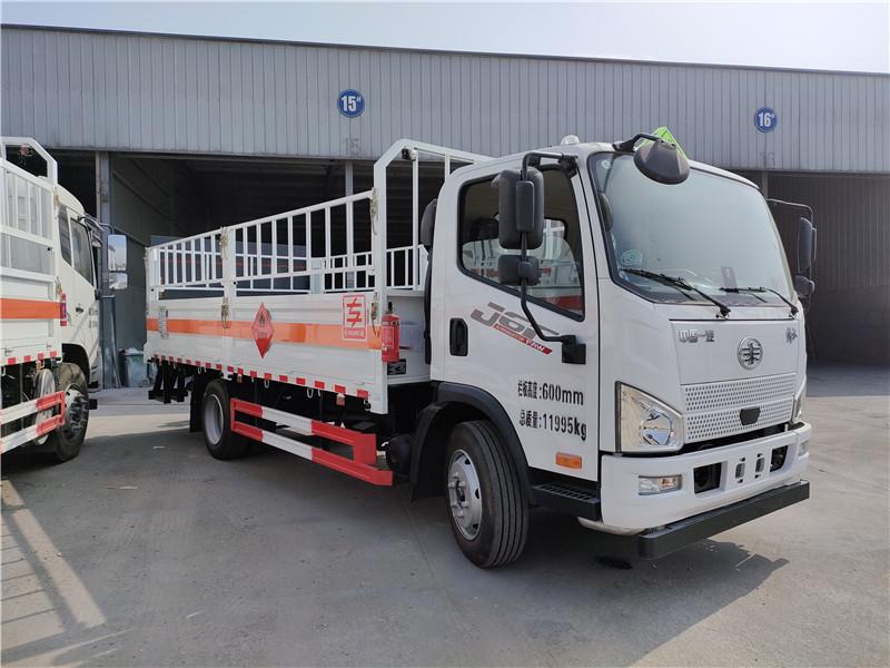 专威牌HTW5124TQPCA6型国六解放J6F气瓶运输车 厢长5.2米仓栏式气瓶运输车