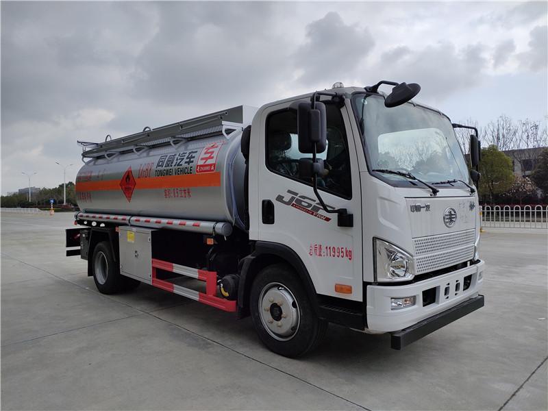 国六解放8吨油罐车价格 国六解放J6F新规8吨加油车加装双预警装置(车道偏离和防碰撞)