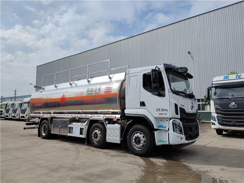 国六东风柳汽小三轴25方铝合金运油车 额载16.7吨油罐车视频