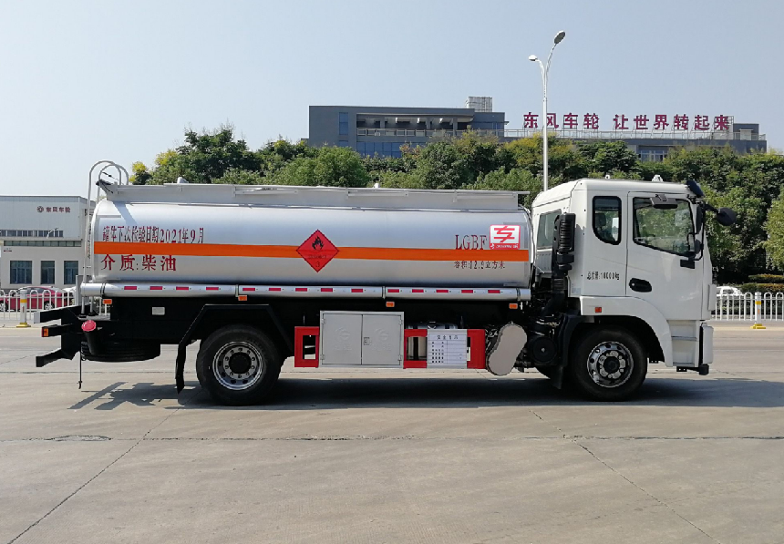 国六荷载10吨东风景程加油车齐星驾驶室玉柴220马力配置明细