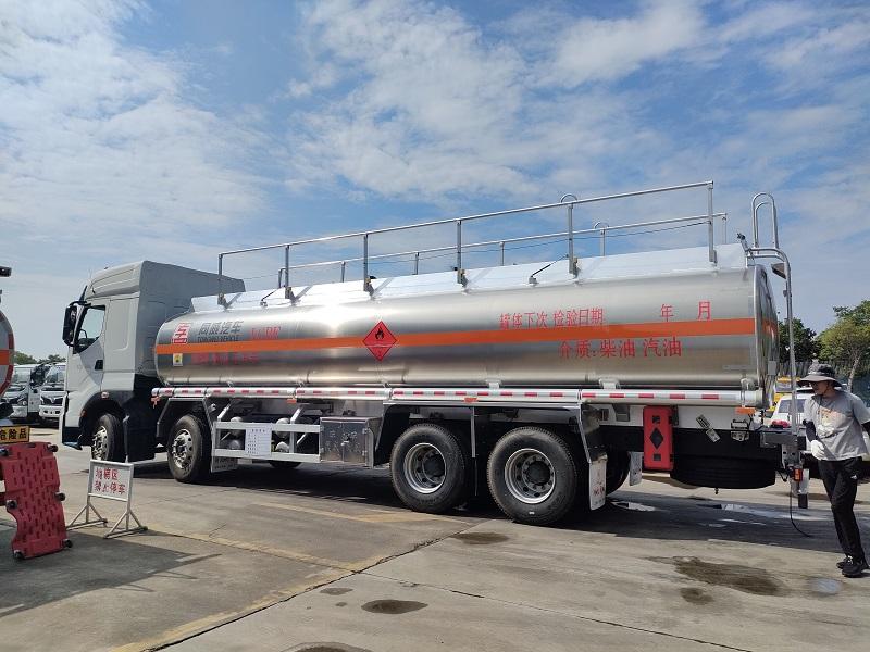 国六东风柳汽乘龙H7前四后八20吨铝合金运油车 全国包送视频