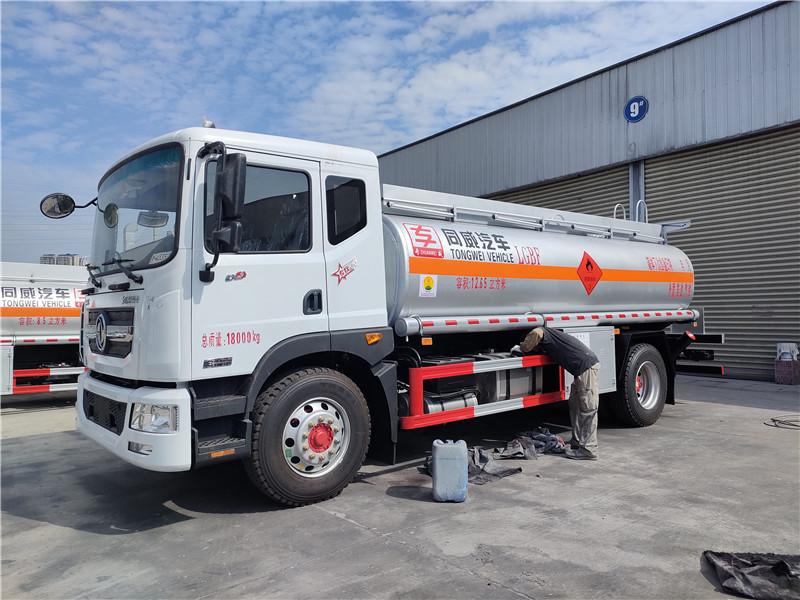 国六东风D9碳钢罐12.65方运油车  12吨油罐车厂家参数图片