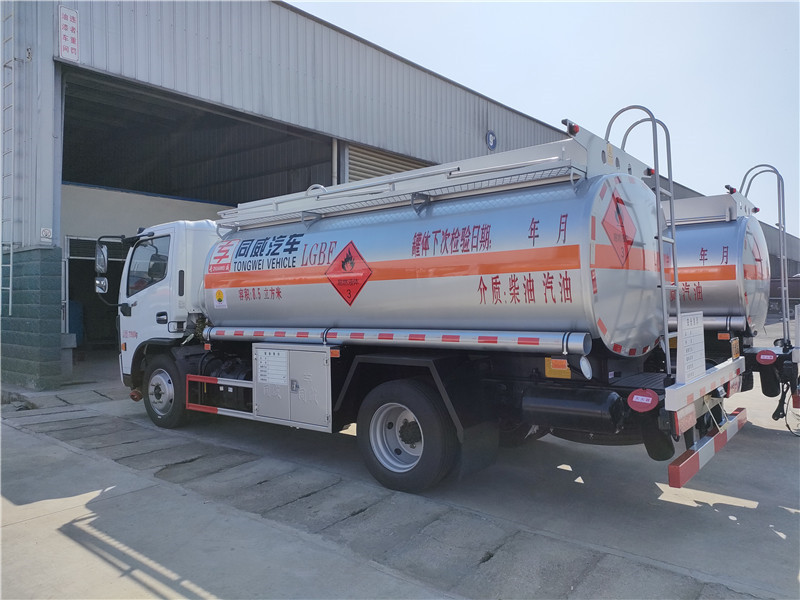 東風國六8噸加油車 同威8.5方油罐車廠家 送車上門 可分期視頻