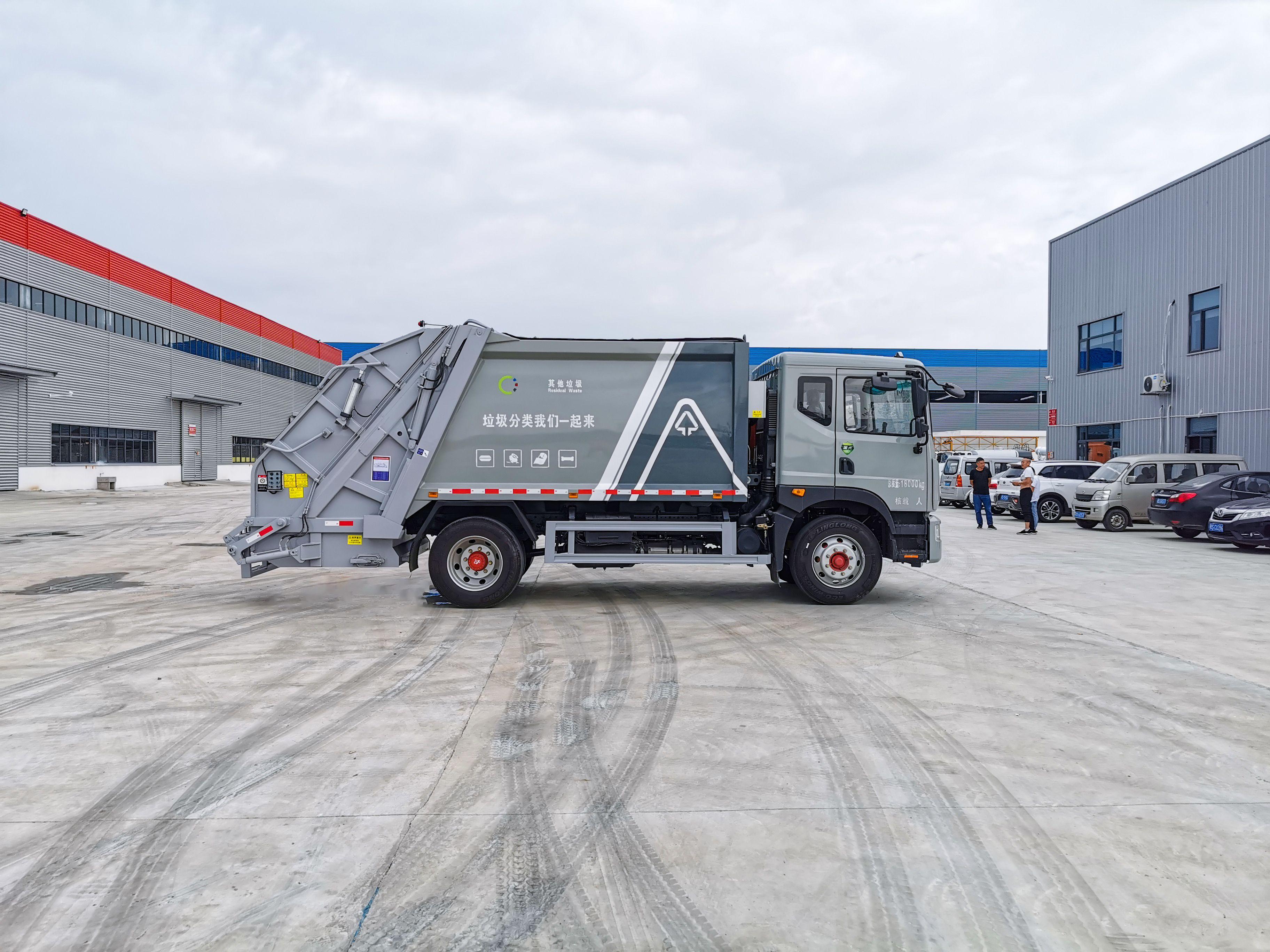 東風D9-12方壓縮垃圾車包上北京牌圖片