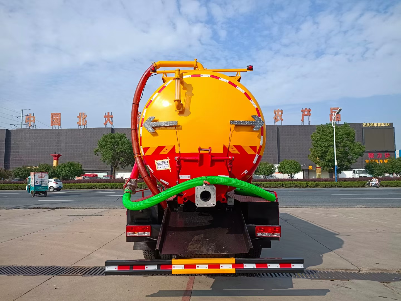 福田國六三軸吸污車廠家直銷在哪里送保險包送到家圖片