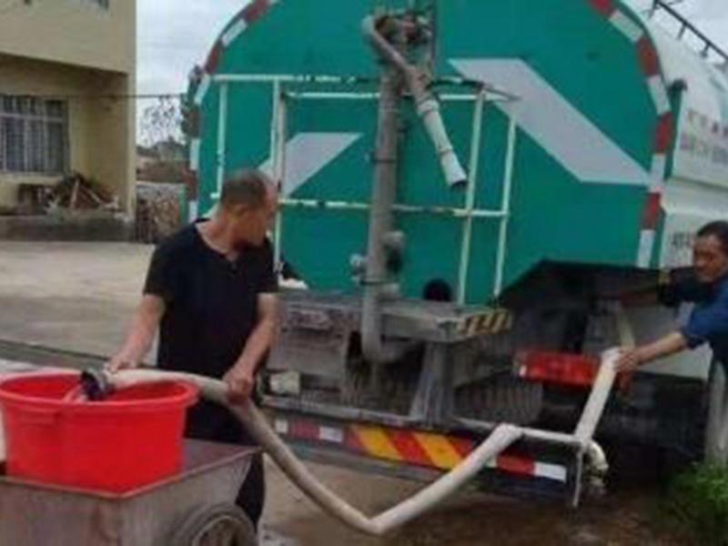 12吨洒水车送水入户解决汛期村民用水安全