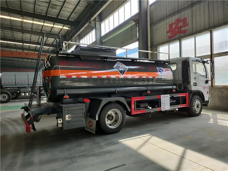 拉6.7吨盐酸 硫酸 氢氧化钠腐蚀性物品罐式运输车厂家直销视频