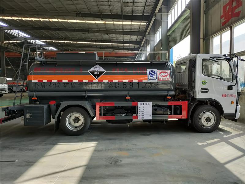 国六东风腐蚀品8类盐酸 硫酸 氢氧化钠5.91方罐式运输车图片