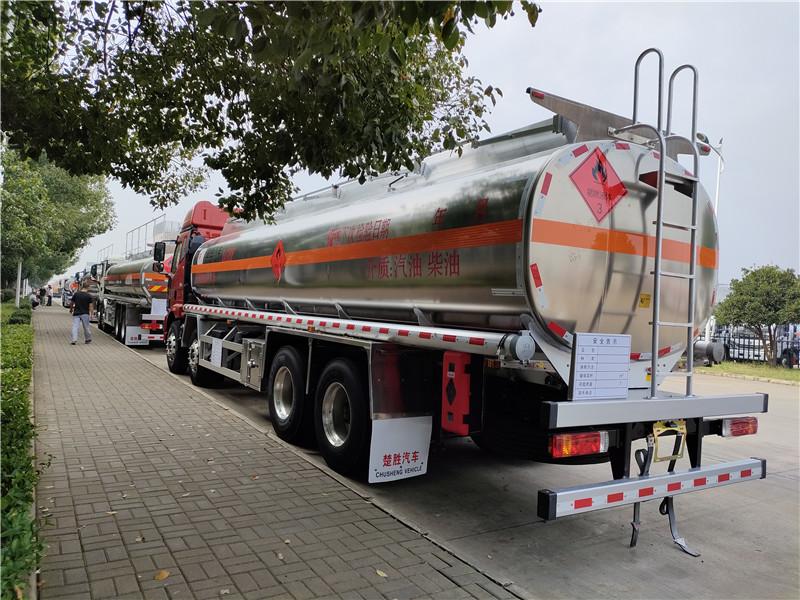 一汽解放国六前四后八铝合金油罐车标载20.8吨不超载价格视频