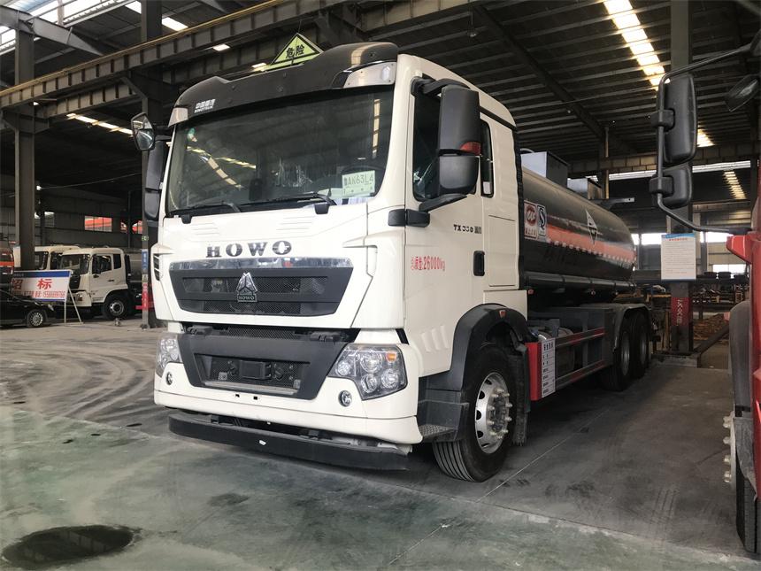 国六15吨硫 酸运输车重汽豪沃后八轮防腐罐式运输车