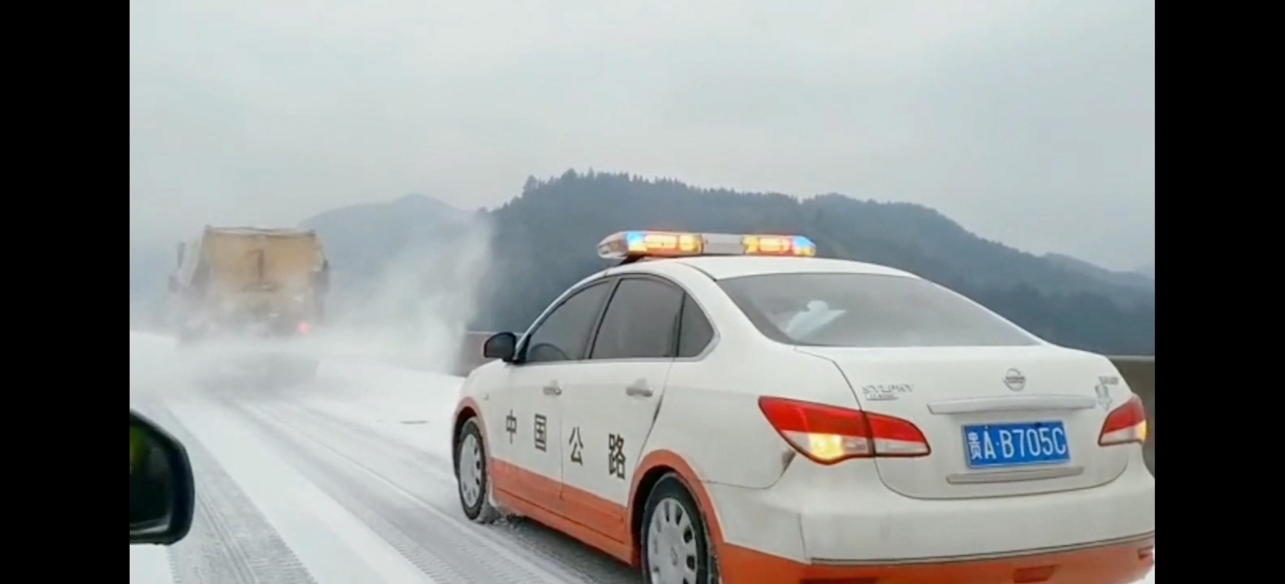 河南路政冬季高速撒盐融雪视频