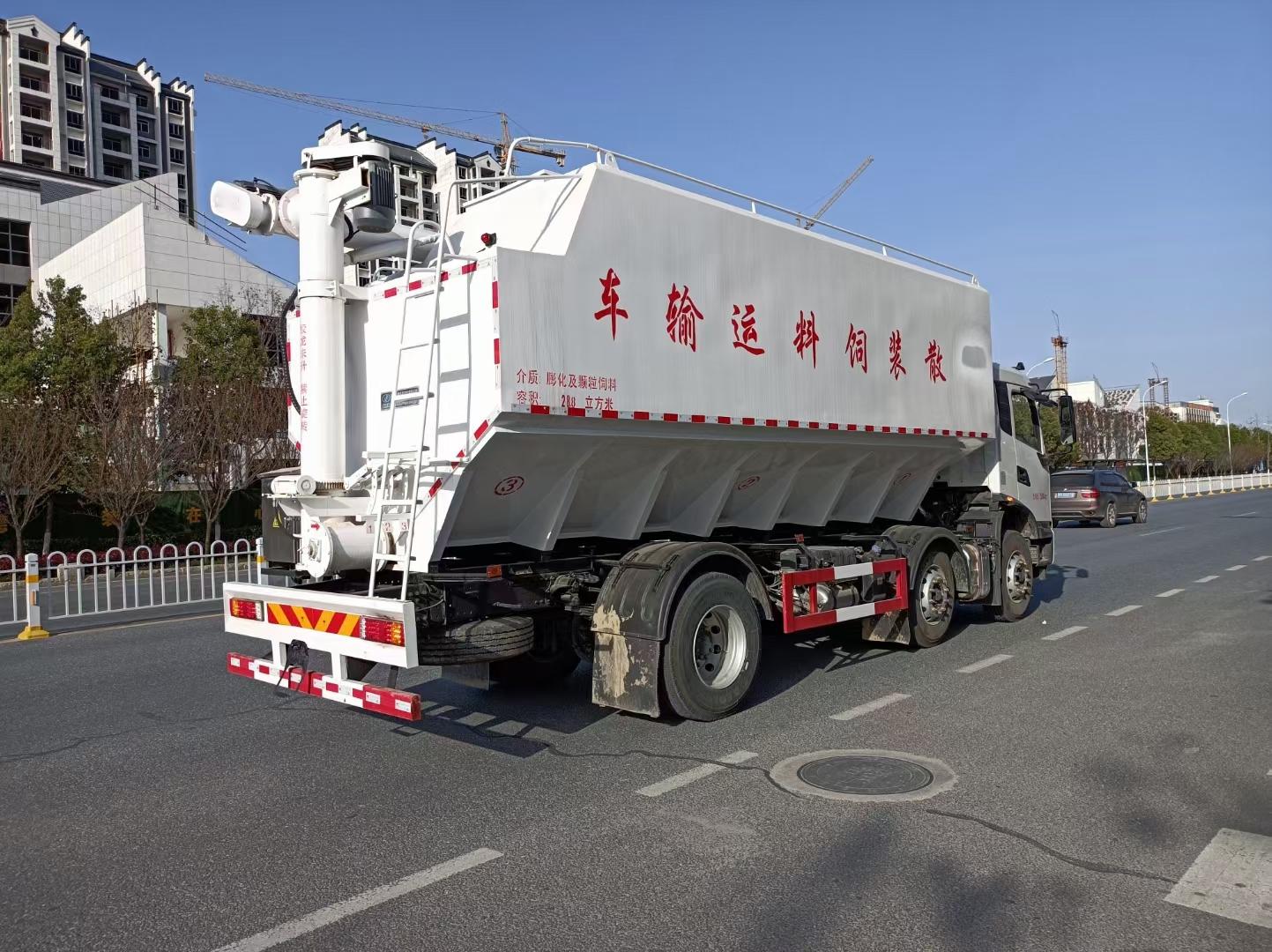 东风天锦小三轴饲料车厂家直销在哪里包送到家图片