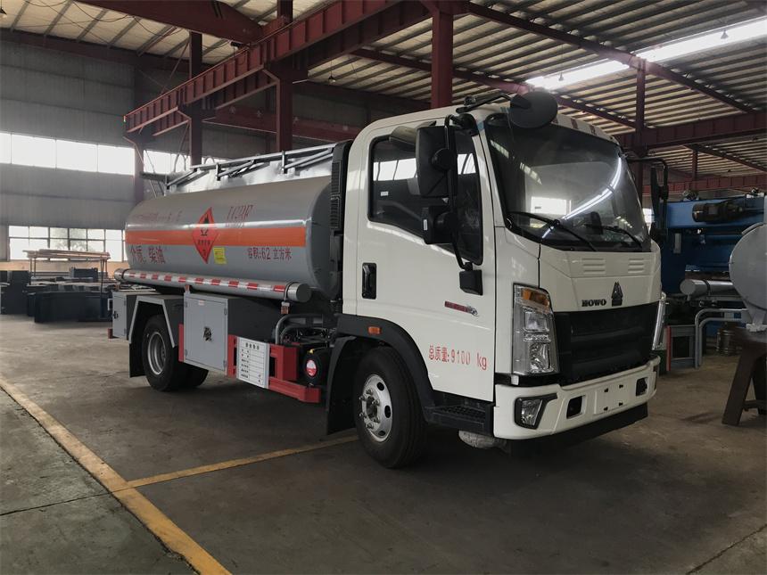 荷載5噸重汽豪沃加油車濰柴130馬力750鋼絲胎圖片圖片