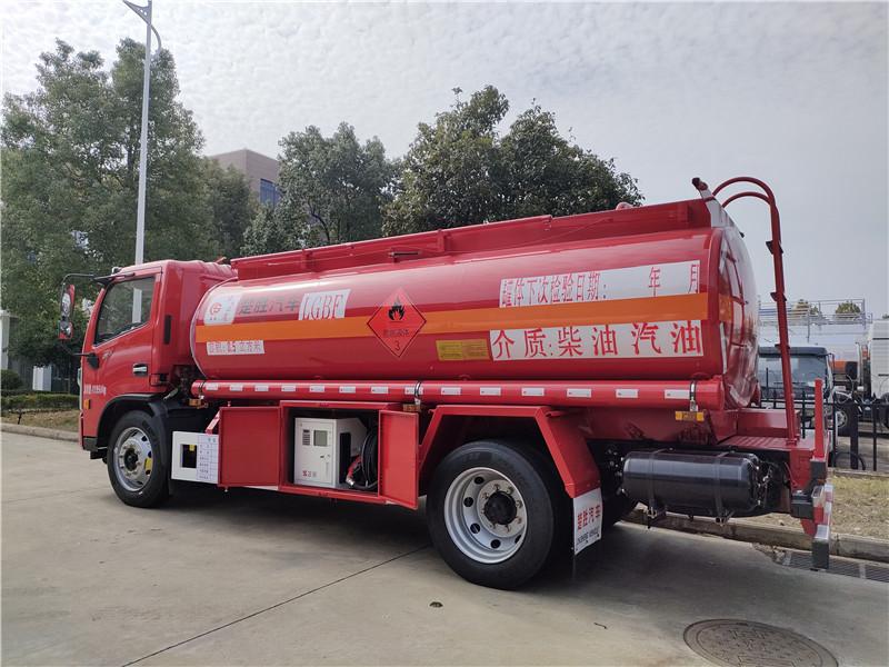国六8吨油罐车厂家 东风福瑞卡8.5方加油车包上户多少钱?视频