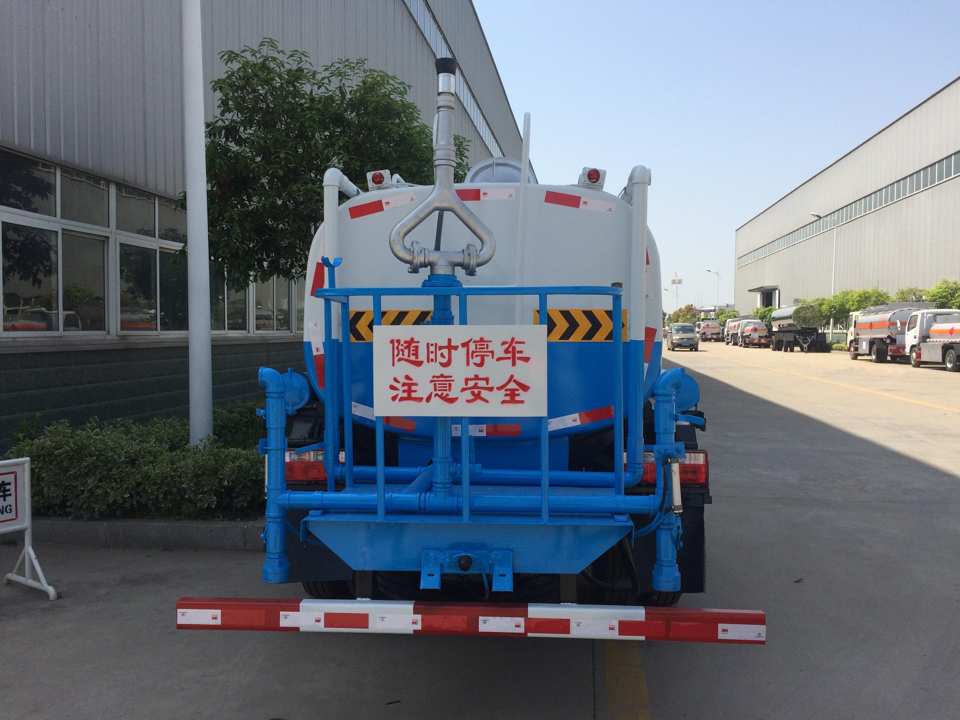 东风D6朝柴102马力5吨洒水车图片