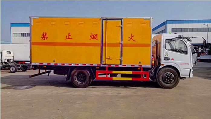东风D9载重10吨防爆器材运输车图片