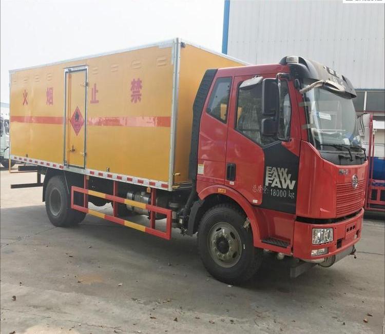 解放易燃固体载重20吨9.3米运输车