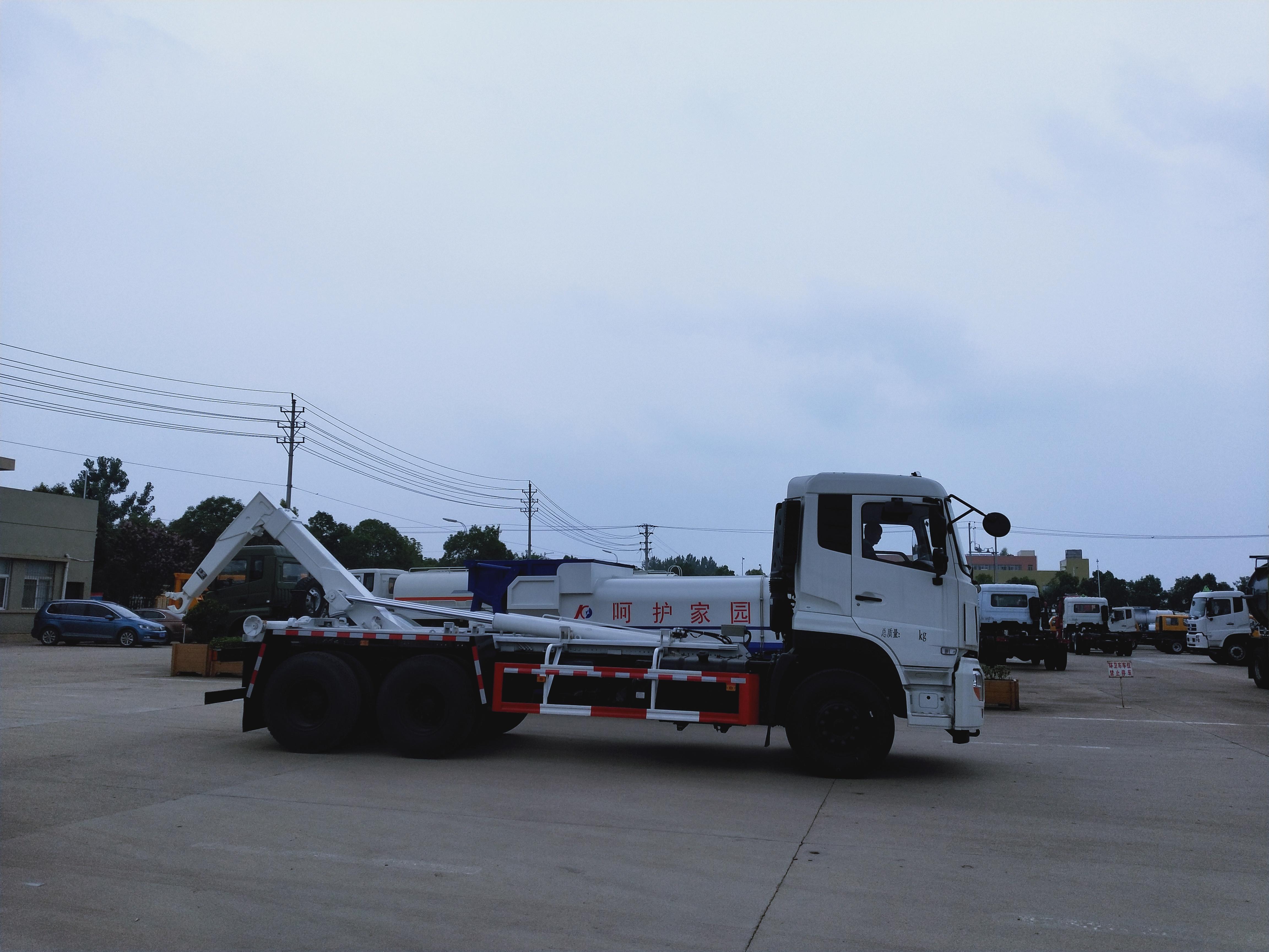 东风天龙大钩臂垃圾车配套移动垃圾站和建筑垃圾箱使用视频~