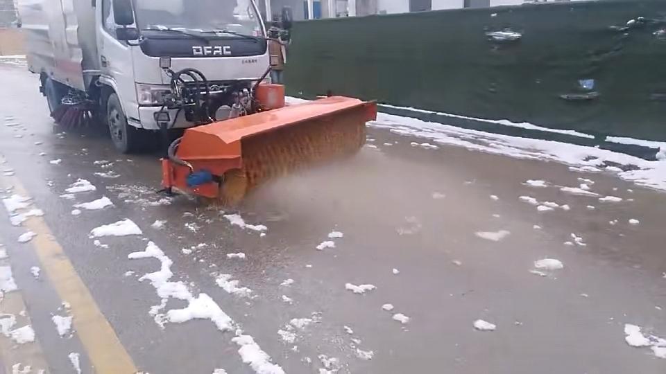 东风扫路车加装除雪滚刷