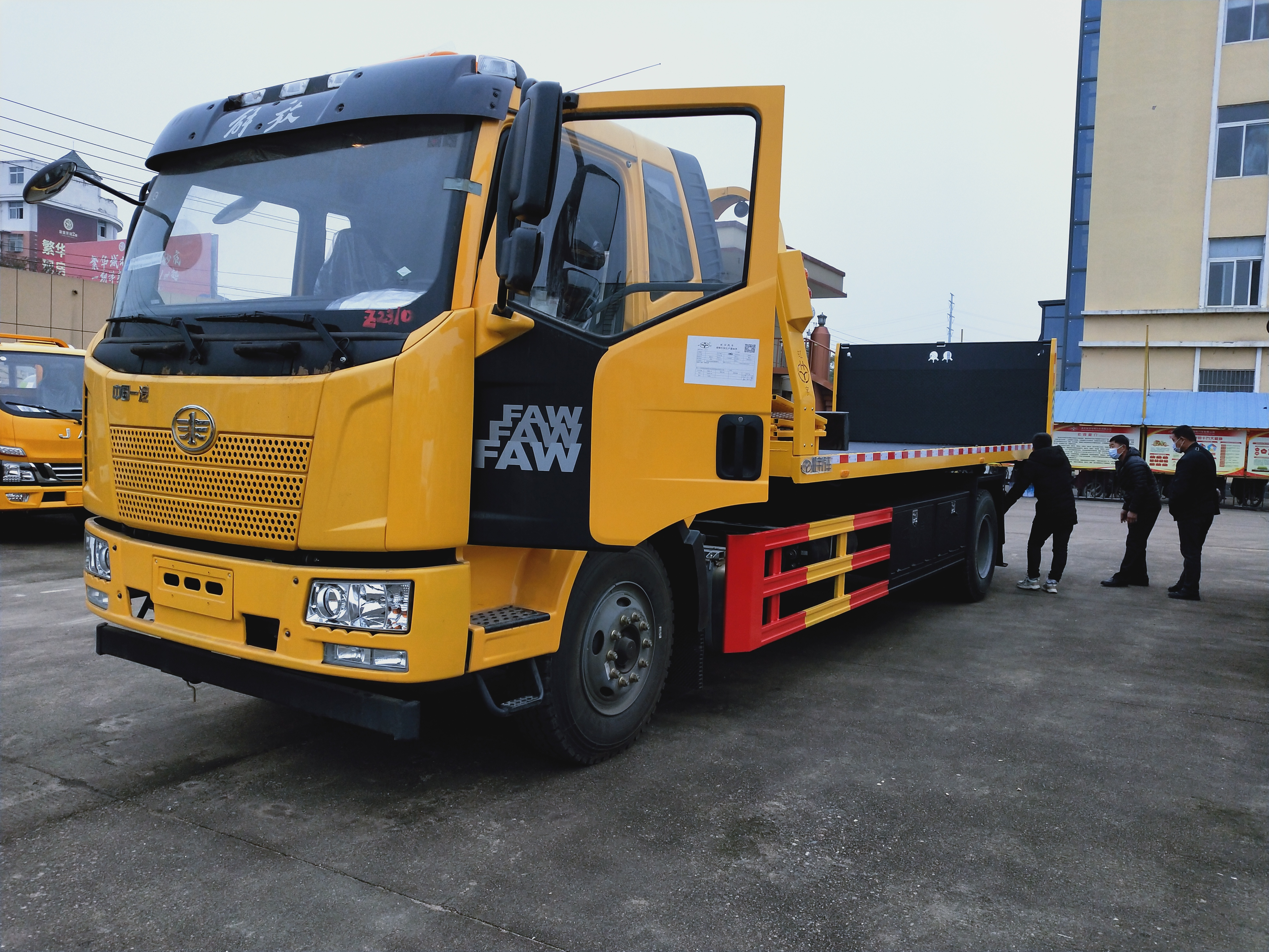 解放J6拖车价格8.2米长板10吨上装10吨后托臂解放清障车厂家图片视频