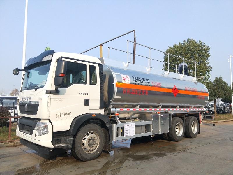 重汽豪沃22.6立方后八轮额载15吨铝合金油罐车厂家图片