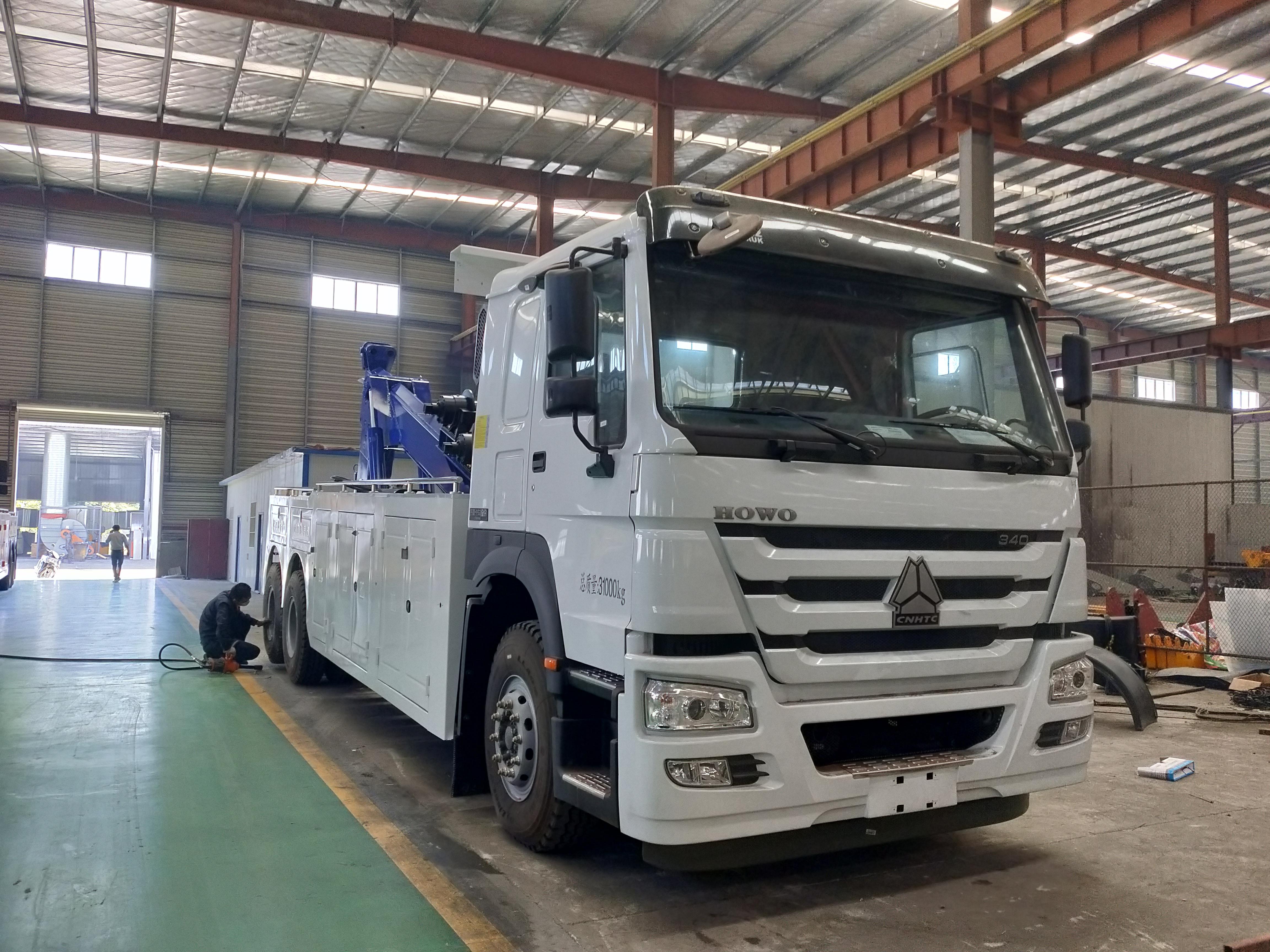 重汽豪沃后八轮大型清障车20吨上装救援拖车操作视频
