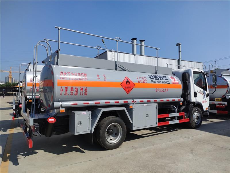国六8吨加油车厂家  专威牌解放8吨油罐车全国热卖 视频
