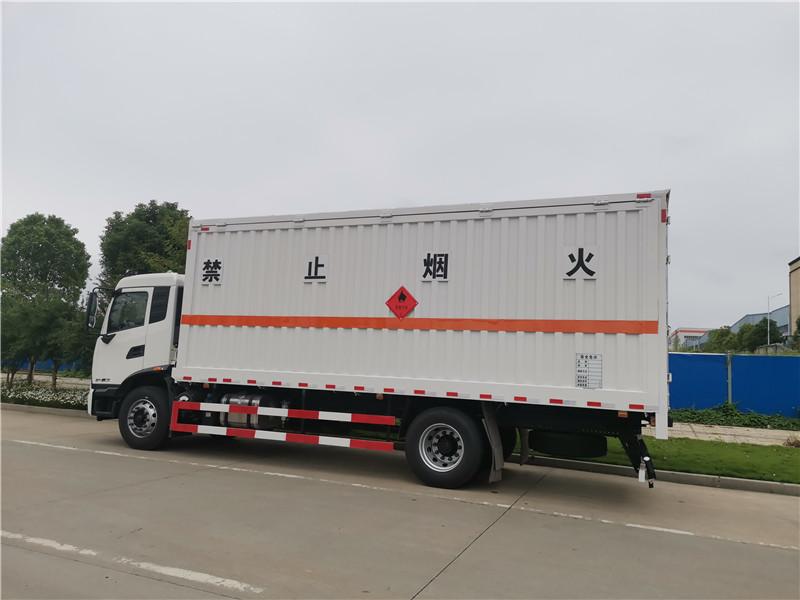 国六东风天锦6米8箱长气瓶运输车图片配置及实拍视频